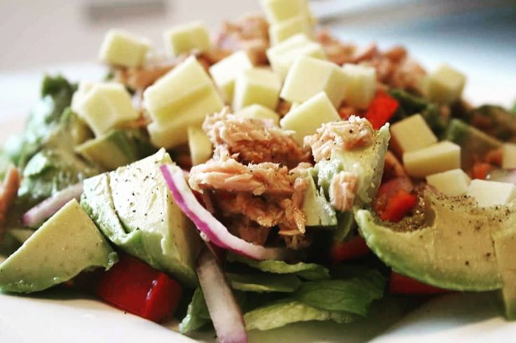 Yummy tuna salad  Oppskrift ute på bloggen link i bio  #salad #tuna #tunasalad #healthy #veggies #avocado #cheese #lchf #lowcarb #greens #kroppensdrivstoff #nutrition #nutritionist #eatwell #food #yum by kroppensdrivstoff