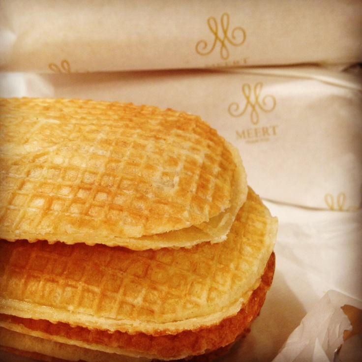 If you stop by Lille (going to the Games for instance), don't miss the absolute Meert delight: the Flemish inspired waffle. Flat, filled with a sugar, butter and vanilla cream. Open since 1761, the bakery is one spot you can't miss, at least for the beautiful arrangement. Plus, you can have have a break there in the tea room perfectly designed.