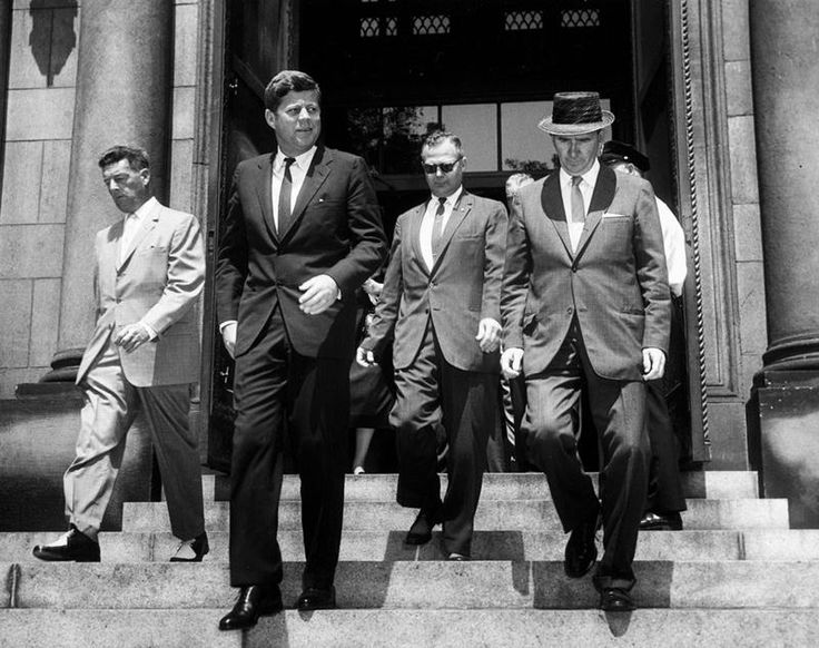 1961. 15 Août. By abbie ROWE. AR6742-B . President John F. Kennedy leaves the Cathedral of St. Matthew the Apostle (St. Matthew's Cathedral) in Washington, D.C. after attending a Mass in observance of the Feast of the Assumption. (L-R) Secret Service agent John Campion; President Kennedy; Secret Service agent Floyd Boring; and Special Assistant to the President Dave Powers