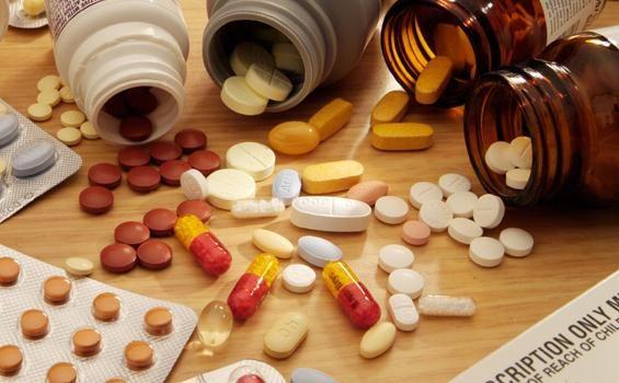 Suka Menyimpan Obat di Kulkas? Simak Nich Bahayanya!  ilustrasi  Saat menggunakan obat-obatan kita tidak boleh sembarang banyak yang harus diperhatikan agar tidak merusak fungsi obat. Cara menyimpan obat pun hal sering luput dari pengawasan padahal pada kemasan terdapat tata cara bagaimana menyimpan obat secara benar. Bahkan kebanyakan dari kita menyimpan obat di dalam kulkas. Staf Clinical Research Supporting Unit(CRSU) Fakultas Kedokteran Universitas Indonesia dr. J Hudyono MS SpOk MFPM…