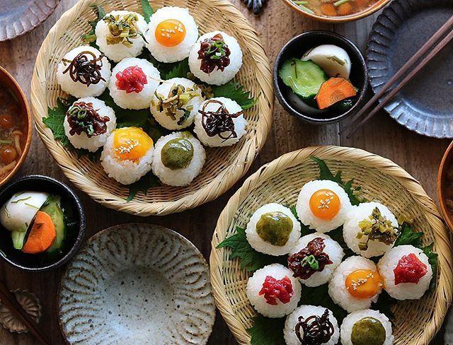 2017.5.21 ・ ・ 色々のっけおにぎりの朝ごはんでおはようございます( ⍢ )/ ・ ・ ・ *トッピング : 梅干し、うずら卵の醤油漬け、木の芽味噌、焼肉、しそ昆布、かぶの葉しらす *なめこと豆腐の味噌汁 *漬け物 ・ ・ ・ ・ 今朝は美味しいお米を存分に楽しむべく、おにぎりが主役の朝ごはん ☺︎ お米は こめのま様 @komenoma_official の 新潟県魚沼市産コシヒカリ「よこね米」。 これだけの数を握ると、最初に握ったのが冷めてしまうのですが、このお米、冷めてもほんとに美味しかった(〃∇〃) 。 ・ ・ ・ ・ 無知な私は知らなかったのですが…。 一般的に売られているお米は、1つの袋に複数の地区で作られたお米が一緒に入っているそうで…。 ・ ・ このこめのま様のお米は1つの田んぼで取れたお米だけを袋詰め。混じりっけなしっ! ・ ・ ・ お米農家さんのこだわり、誇りを大切に、地域活性に力を注いでいる こめのま様。 日本のごはんをもっと美味しくしたいという想いに、お米好きな私も深く賛同します♡ ・ ・ ・ ・ ・ #こめのま #komenoma…