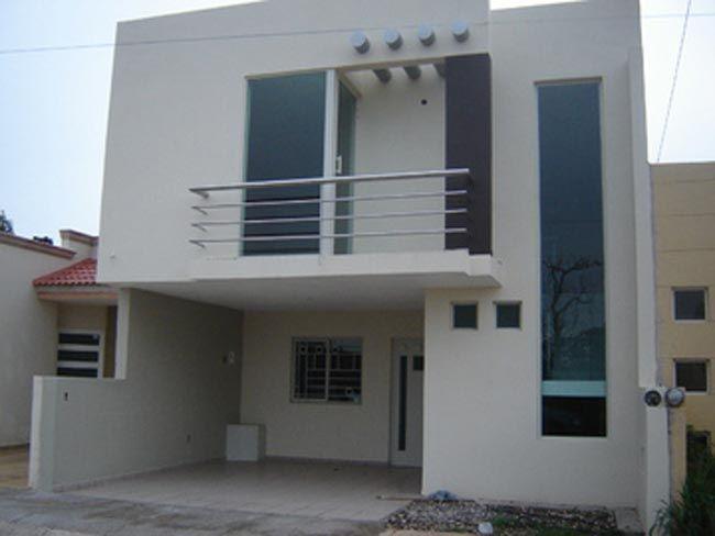 Fachada angosta de dos niveles con balc n mavy for Fachada de casas modernas con balcon