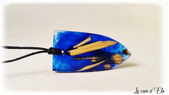Bijoux / Collier / pendentif résine bleu et bois