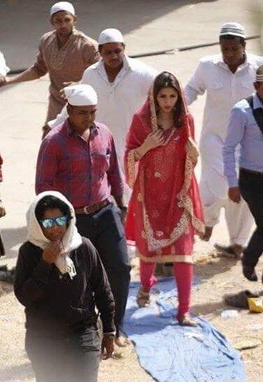 Mahira Khan & Shah Rukh Khan On The Sets Of Raees