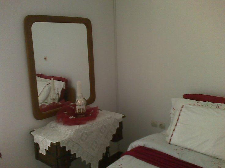 My personal deco touch for my spring bedroom (my 55 years old sewing machine still works)