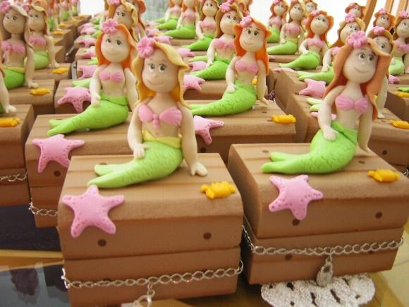 Mini baú de madeira mdf com enfeites em biscuit. Acompanha embalagem de celofane e cartãozinho. Ideal para festas de aniversáio tema fundo do mar. Dentro pode-se colocar balas ou mini brinquedos R$10,00