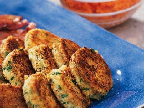Potatisbullar är en klassisk rätt när man fått kokt potatis över. Man kan också koka potatis för att pressa den direkt. Då får potatisbullarna jämnare och mjukare konsistens än om man mosar kokt kall potatis.