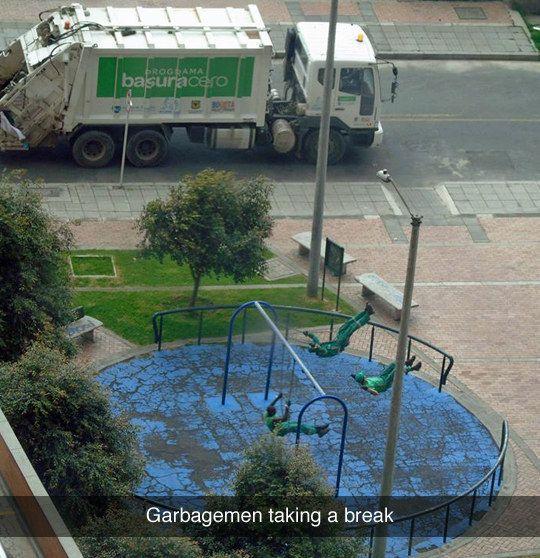 Die Müllmänner, die mal kurz auf den Spielplatz gegangen sind, um zu spielen: