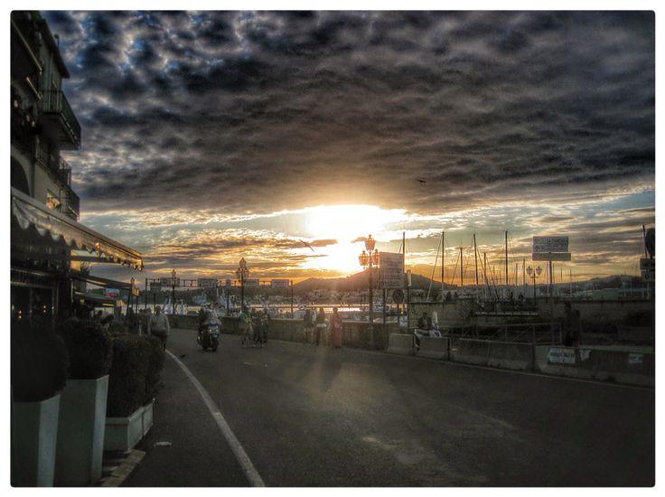 Incredibile tramonto sul Golfo di Pozzuoli . la mia solita fortuna di stare al momento giusto nel posto giusto.