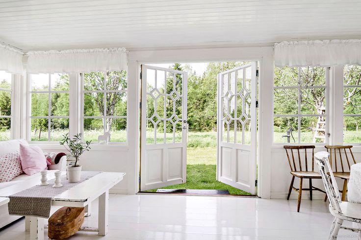 Njut av sköna stunder på den inglasade verandan
