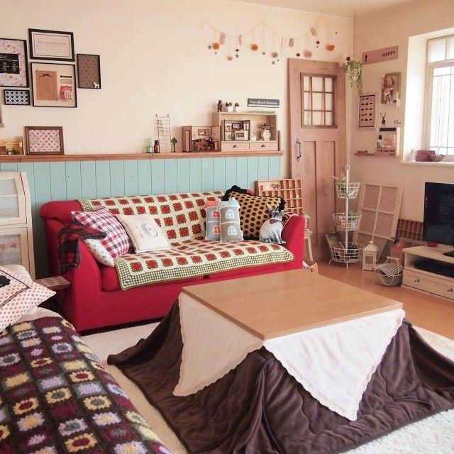 chocoさんの、部屋全体,ソファー,雑貨,ガーランド,こたつ,腰壁,モチーフ編み,クッションいっぱい,フェイク扉,バスケットツリー,のお部屋写真