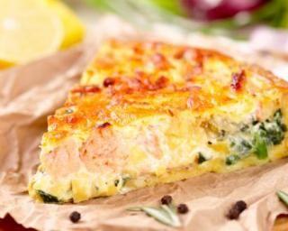 Quiche estivale au saumon frais, citron et roquette : http://www.fourchette-et-bikini.fr/recettes/recettes-minceur/quiche-estivale-au-saumon-frais-citron-et-roquette.html