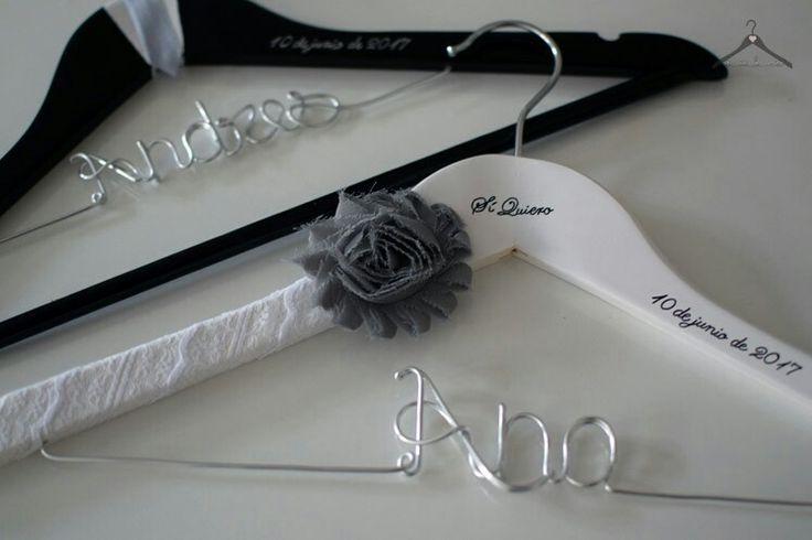 Perchas personalizadas para novios con detalles de gris