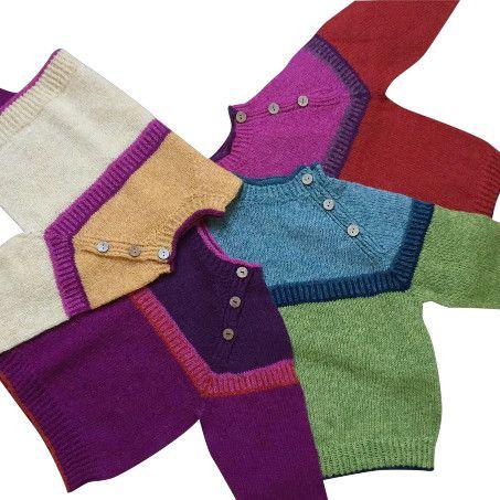Strikkeopskrift på børnesweater model Lille Anders og Agnes - i friske farver. Sweateren har knaplukning, så den er nem at få på. Se mere på: www.hannelarsenstrik.dk