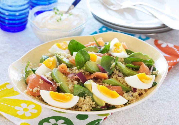 Oppskrift på lun salat med laks, spinat, couscous, rødløk og egg er enkelt og smaker utrolig godt. Salaten passer perfekt til lunsj eller middag.