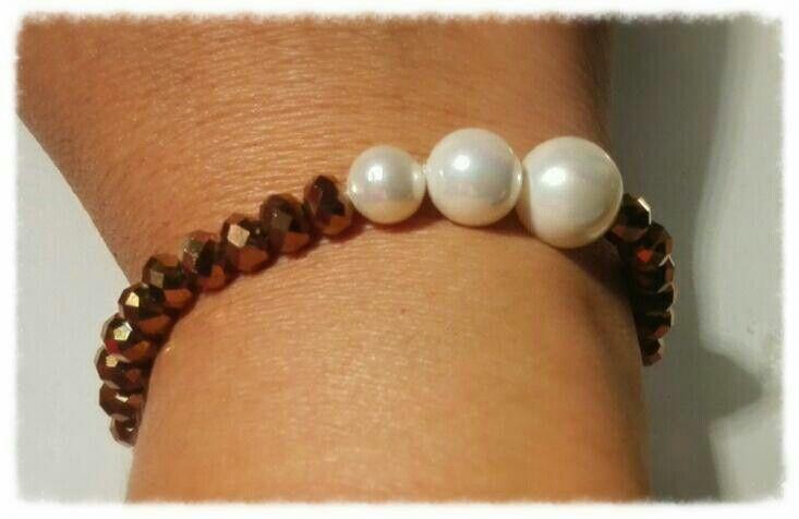 Cristales dorados y perlas blancas