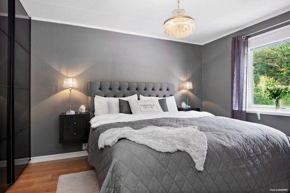 Sovrum inrett i grått