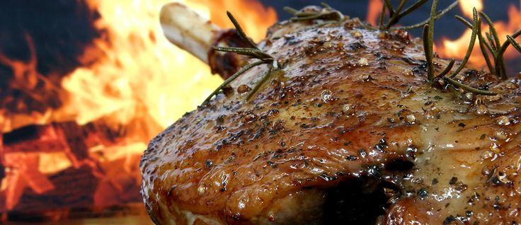 Aprenda a preparar uma deliciosa receita para o seu churrasco, o pernil de porco no vinho. Uma mistura excelente e pouco utilizada nos churrascos.
