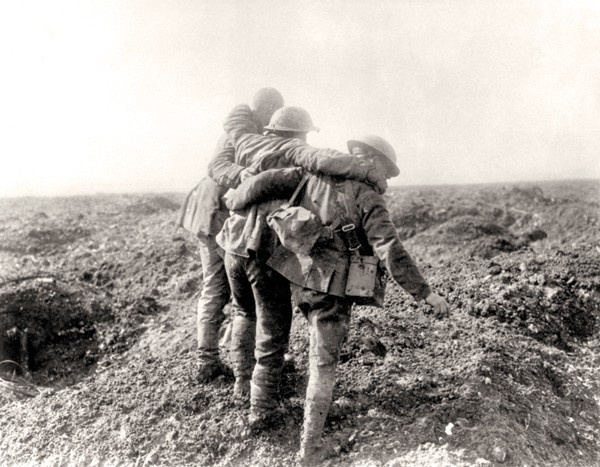Assisting the wounded at Vimy Ridge, April 1917. PHOTO: LIBRARY AND ARCHIVES CANADA—PA001439