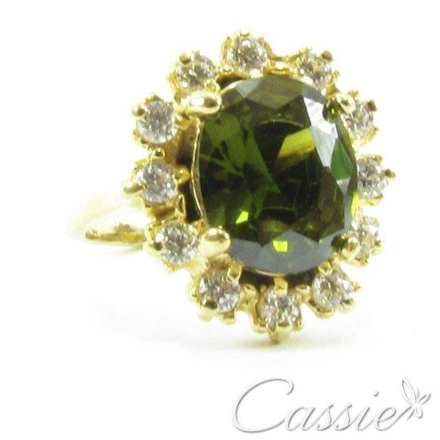 Anel oval em cristal verde, rodeado de zircônias cravejadas, folheado a ouro. www.cassie.com.br #cassie #semijoias #instafashion #moda #fashion #tendência #trends #inlove #cute #estilo #inspiração #luxo #acessórios #look #lookdodia #picoftheday #love