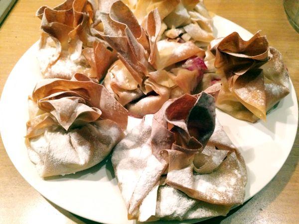 Vegatopia - Rozetten van filodeeg met mango en rode bessen