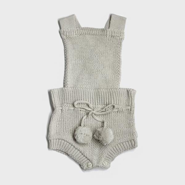 macacão bebê de tricô off white com pompom. // verão tricô tricot roupa de tricô para bebê roupa de bebê romper pompom moda bebê menino menina macaquinho macacão inverno enxoval conforto bebê algodão maternidade mãe gravidez grávida newborn recém-nascido fotografia unissex