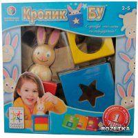 Кролик Бу Smart Games. Это объемная головоломка с большими деревянными деталями для детей от 4 лет. Кролик может смотреть на тебя сквозь круглое или звездное отверстие. Он может стоять на синем, красном или желтом блоках. Блоки можно совместить по-разному, вариантов существует больше, чем ты можешь себе представить. Некоторые задачи визуально похожи, но решения для них различны в зависимости от того, насколько торчат уши кролика.