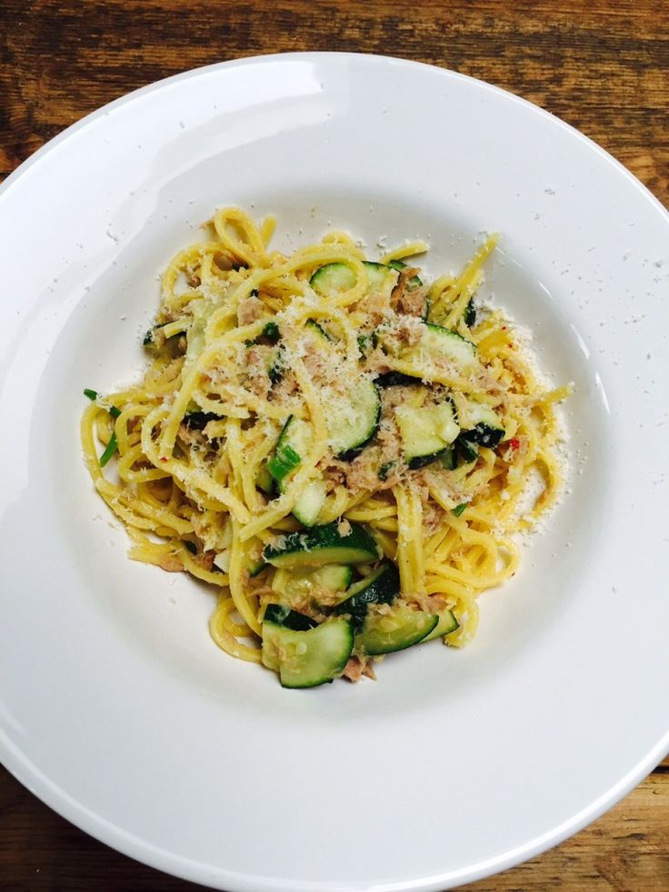 Quick spaghetti with lime tuna - Snelle spaghetti met tonijn in limoensaus #foodblog #foodinista #recept #pasta #spaghetti #tonijn #limoen #courgetti