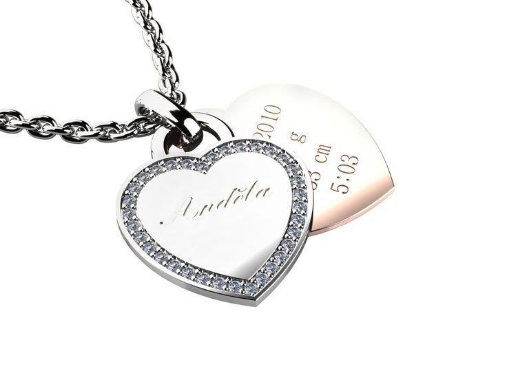 Tento krásný přívěsek ve tvaru srdce se skládá se dvou částí - na první z bílého zlata lze vyrýt jméno dítěte, na druhou ze zlata červeného pak datum a čas narození, váhu či výšku.