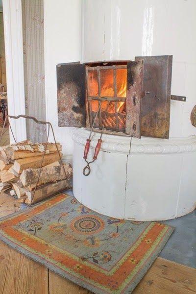 Kakelugn med dekorativ gnistplåt. Foto: Erika Åberg