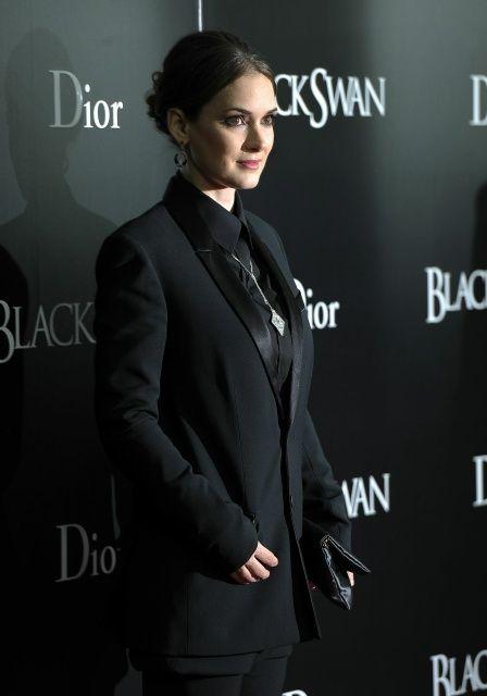 Winona Ryder attends Black Swan premiere (November 30, 2010)