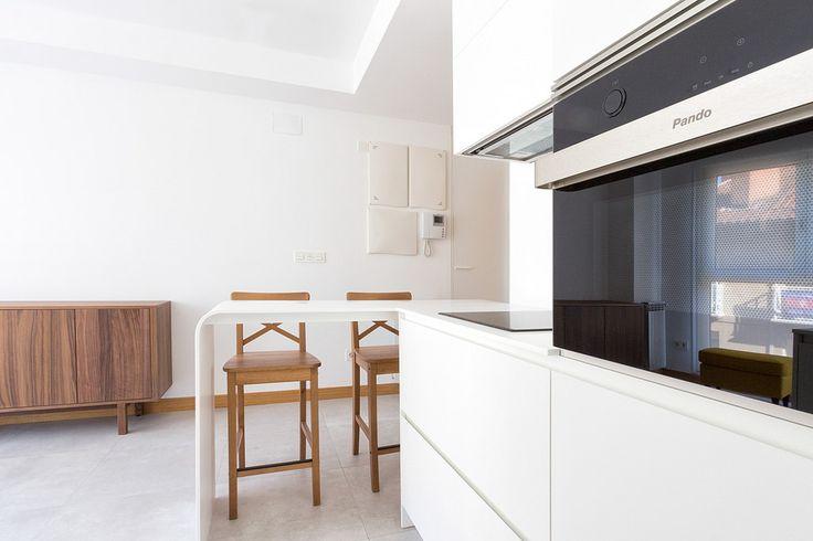 Encoba21 peque o apartamento con cocina blanca encimeras for Cocinas para apartamentos pequenos