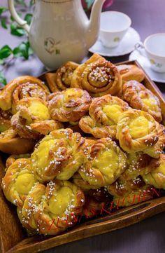 Mjuka kardemummabullar med vaniljkräm är en utsökt kombination. Bullarna blir extra saftiga av vaniljkrämen. Av samma deg kan du även göra klassiska kanelbullar. MUMS! Ca 25-30 st 150 g smör rumsvarmt 5 dl mjölk 50 g (1 pkt) jäst 1 dl strösocker eller vit baksirap 1 msk mortlade kardemummakärnor Ca 12-14 dl Manitoba Cream Mjöl (en mjölsort som ger dig saftigare bullar, finns i välsorterade matvarubutiker bredvid de vanliga mjölsorterna. Du kan även ta vetemjölspecial om du inte hittar…