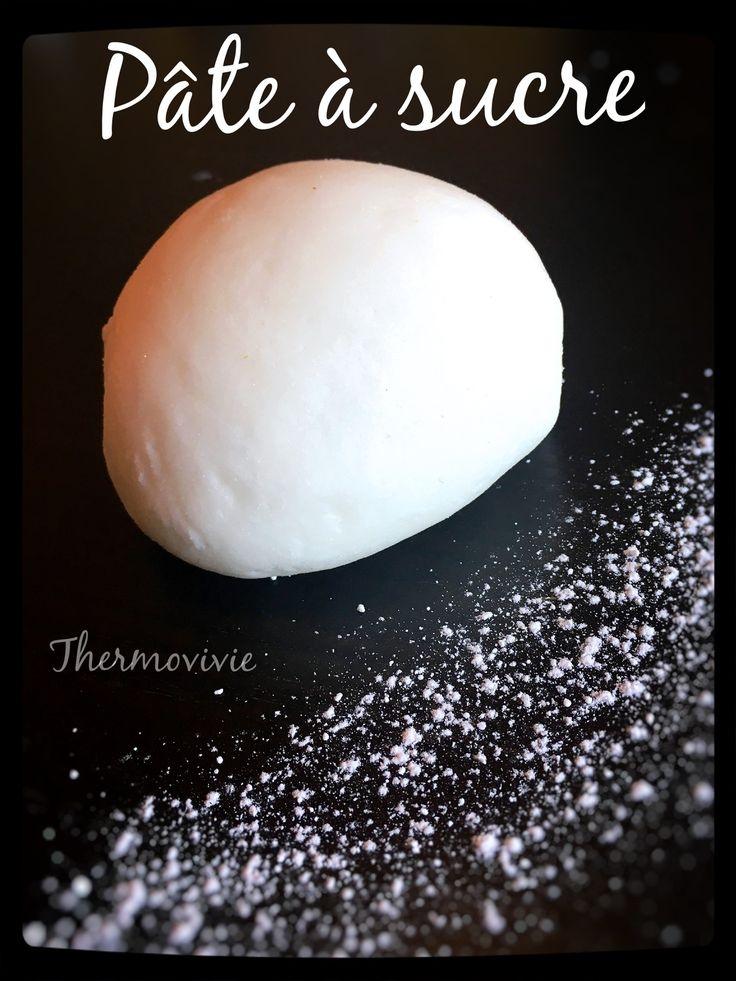 La pate à sucre, très honnêtement ce n'est vraiment pas mon truc! Lorsque je vois certaines réalisations magnifiques sur d'autres blog, je tombe en admiration totale!! Moi j'ai besoin d'une tonne et encore une autre tonne de pate à sucre pour faire juste...