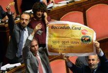 Così è stato accolto Matteo Renzi in Senato per esporre gli argomenti della prossima relazione che porterà al Consiglio Europeo del 15 e 16 ottobre. Il riferimento è al ddl Boccadutri sul finanziamento dei partiti . Lapidaria la risposta di Renzi: Parleremo di cose che non si prestano a pagliacciate di ogni genere