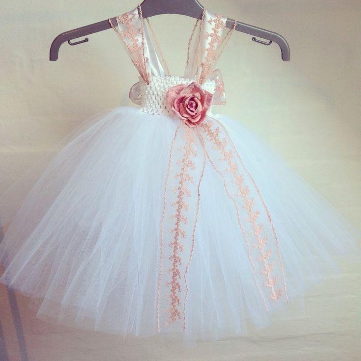 Special designet håndlavet tylkjole i hvid med gammelrosa blonde bånd til børn