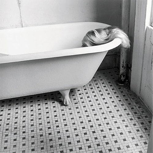 """""""C'est le seul vide que je comblerai peut-être Le seul horizon que je vois par la fenêtre Le seul sommeil qui pourra me faire renaître Je t'embrasserai juste avant de disparaître Mon double dans l'eau trouble Ravive dans l'eau vive Mon ombre dans l'eau sombre"""" (Keren Ann) -- Photo Francesca Woodman"""