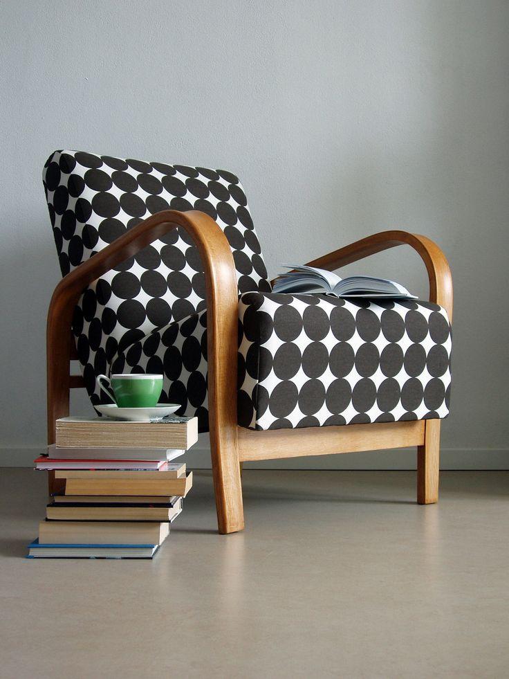 Schöner gepunkteter Bezug für einen Vintage-Sessel