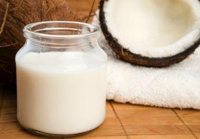 ココナッツミルクシャンプー     :  ココナツミルク:400gを1缶  生はちみつ:大さじ2  ホホバオイル:小さじ1(オリーブ油でも。髪にいいひまし油はまだ試してない。)  精油:(なくても可)ラベンダー、クラリセージ、ペパーミント、ティートリー、  ローズマリーの好きなものを、適当にほんの少し。      作り方:  上記の材料をすべてボールに入れて、よく混ぜ合わせて、瓶にいれて保管。     使い方:  少量を手にとって地肌につけ、手やタングルティーザーで髪全体に広げる。  数分置いて、良く洗い流す。  リンスなしでOK。  私の好きなタングルティーザーは普通のシャンプーブラシと違うの?って  思っていたけれど、濡れた髪でも絡まりにくくて。  髪が傷みにくいから、今まで使っていたブラシよりいいかも。     ポイント:  オイリーヘアの場合、このシャンプーの後に、下記「リンゴ酢のコンディショナー」  をスプレーして、軽くマッサージしてから、洗い流すとさっぱりするかも。  ヨガの先生は生理中の特に最初の2,3日は、洗髪は止めたほうがいいと言う。…