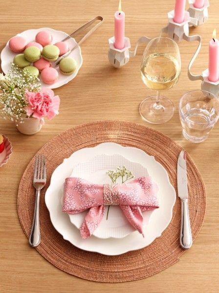 Hübsch gefaltete Servietten sind der Hingucker auf jedem Tisch.  Mit dieser Faltanleitung gelingt Ihnen die perfekte Serviettenschleife.