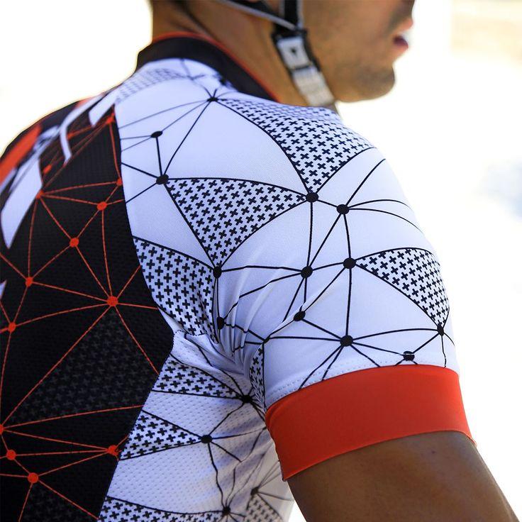 El diseño nos hace diferentes. Atrévete con colores, líneas, estampados y motivos únicos, también sobre las ruedas  #taymorycycling #cyclist #rush #orange #fashiondesign #wearyourdreams #chaseyourdreams #taymorylife #taymory