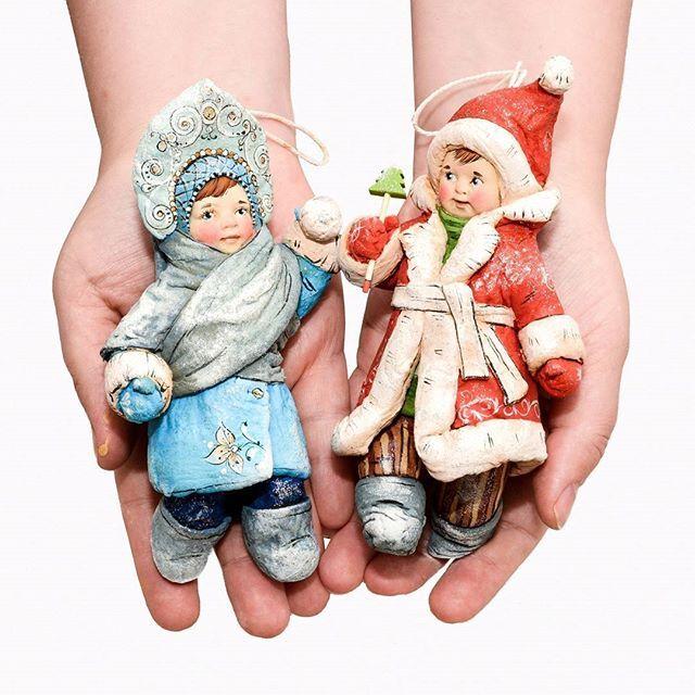 Знакомьтесь, мои новенькие, мальчик Новый год и внучка Снегурушка - главные помощники Дедушки Мороза)))  Ёлочные игрушки выполнены по старинной технологии из ваты и клейстера))) Только вата ☝️и картофельный крахмал ☝️) Роспись выполнена акрилом, по весу очень легкие)