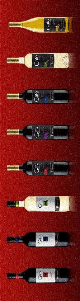 Botellas de vino chileno con logo gatuno / Chilean wine bottles with cat logo
