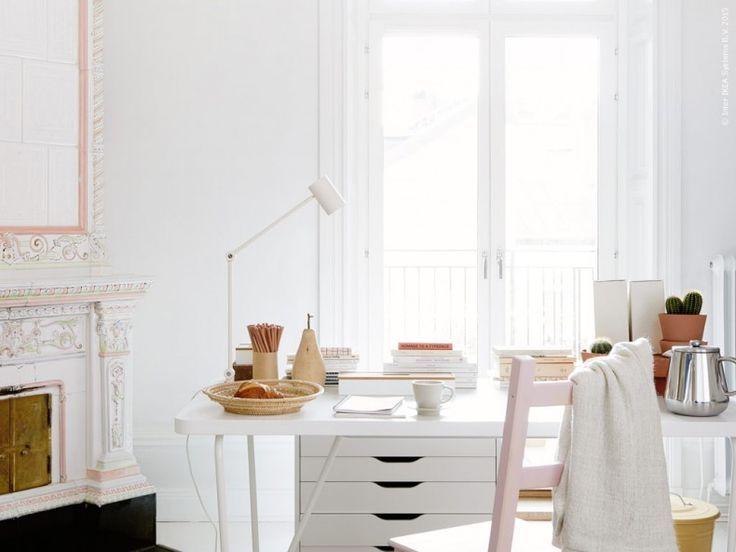 Ge utrymme till de allra bästa idéerna och låt skrivbordet vara en plats att inspireras vid! BACKARYD/RYDEBÄCK bord, ALEX lådhurts på hjul, RIGGAD arbetslampa, IVAR stol (här ommålad i ljust rosa) HENRIKA pläd, KNODD tunna med lock, ANRIK kaffe-/tepress rostfritt stål, DINERA kaffekopp med fat. Ida Lauga för IKEA Livet Hemma