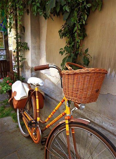 Kraków's Kazimierz district and our favourite retro bike. Accessories by bikebelle.com