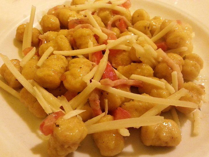Il profumo delicato degli gnocchi di zucca si abbina al formaggio pecorino e al gusto fresco dei pomodorini