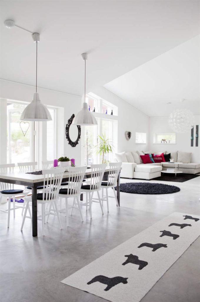 Svart, vitt och öppen planlösning. Högt i tak och inrett med klassiker som Lilla Åland.