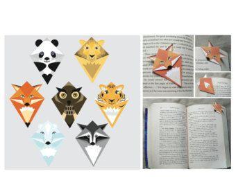 Questo pdf è di 4 pagine e contiene 7 diversi disegni animali per i segnalibri nellangolo. È un guid nel file pdf che vi dirà come tagliare e piegare il tuo piccolo segnalibro di angolo. Potrebbe essere una divertente attività per voi stessi o diverse persone e la sua perfetta da regalare alla gente come un piccolo regalo personale. Se 7 animali non è sufficiente, si potrebbe sempre ristampa del pdf. ;)