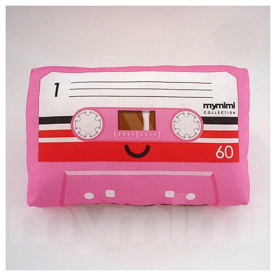 """Oreiller décoratif, Cassette ruban oreiller, thème rose, Vintage, rétro, Old School, 80, Geekery, décoration des chambres, dortoir décoration, jouets, 9 x 6 """""""