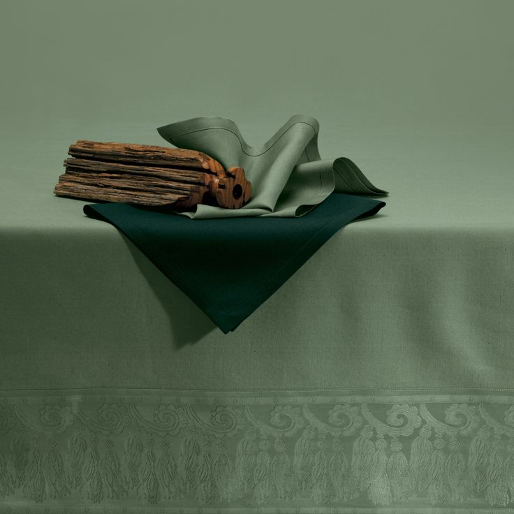 Ducale tablecloth, decorated with and important Barocco tassel design. #Quagliotti #table #tablecloth #linen #luxury #home #green